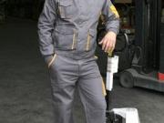 Conjunto cazadora y pantalon multibolsillos gris con amarillo.jpg